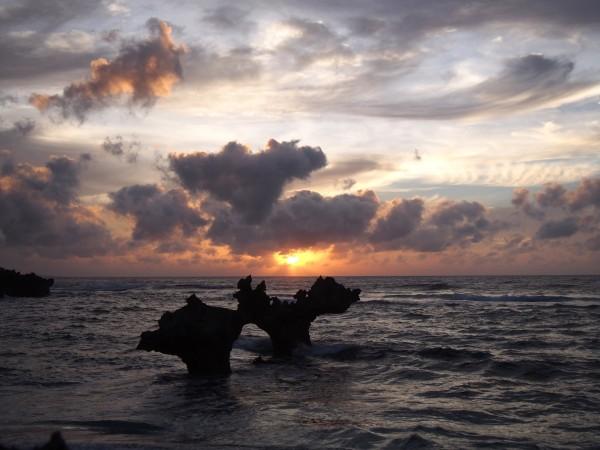 古宇利島の名所「ハート岩」で迎える沖縄の夕暮れ