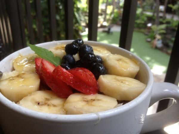 ハワイ島産のオーガニックはちみつがキラキラ輝くIsland Vintage Coffee(アイランド・ヴィンテージ・コーヒー)のアサイーボウル