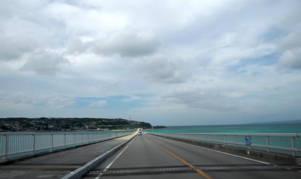 古宇利大橋を車で渡っている最中の景色