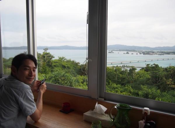 展望台のようなカフェから眺める古宇利大橋