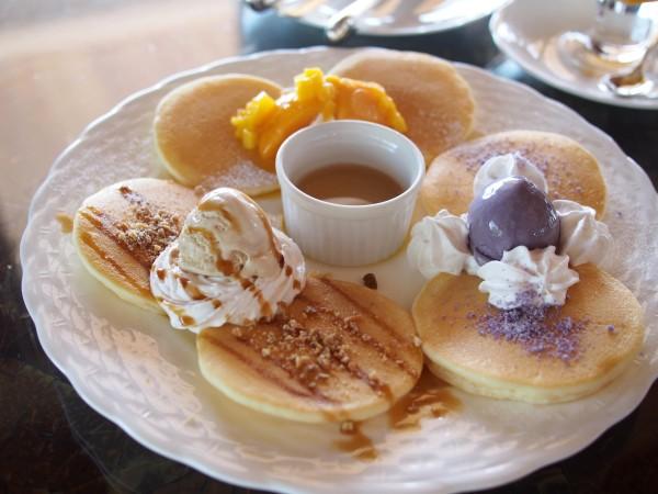 マンゴー、紅いも、黒糖の3種の味が一度に楽しめる「琉球トリコロールパンケーキ」