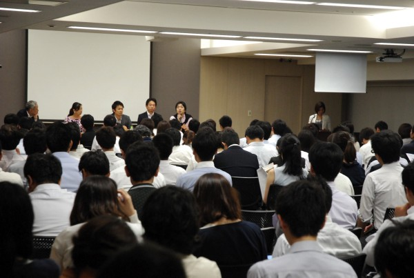 フローレンス駒崎さん、Teach For Japan松田さん、クロスフィールズ小沼さん、ヒューマン・ライツ・ウォッチ趙さん、そして米倉先生が登壇したパネルディスカッションの様子