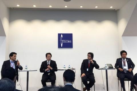 シンポジウム第一部のトークセッションに登壇した平 将明 副大臣、Evernote日本法人会長の外村さん、福岡市長 高島さん、グロービス堀さん