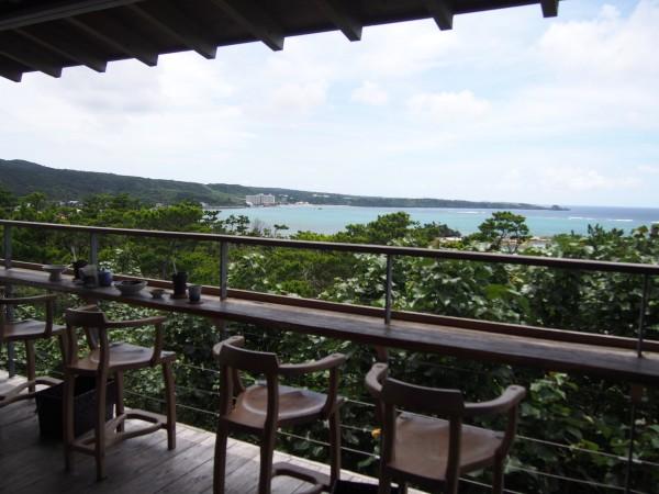 沖縄を代表する美麗ビーチを一望できるカウンター席