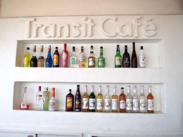 Transit Cafeのオシャレなバーカウンターにはリキュールも充実