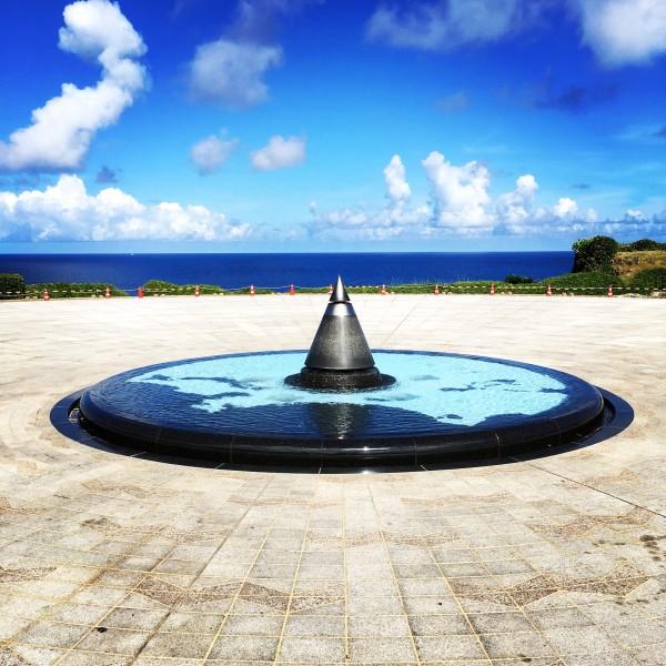 平和祈念公園の断崖絶壁から海岸線、波打ち際を眺望できる位置に設置されている平和広場「平和の火」