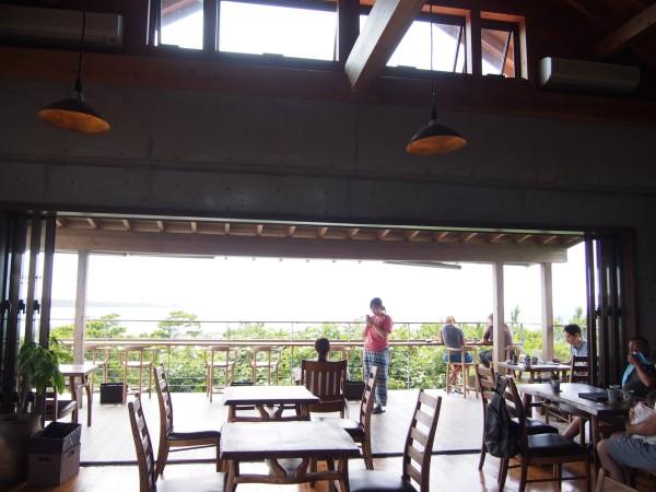 開放感溢れる高い天井の店内はログハウスのような内装