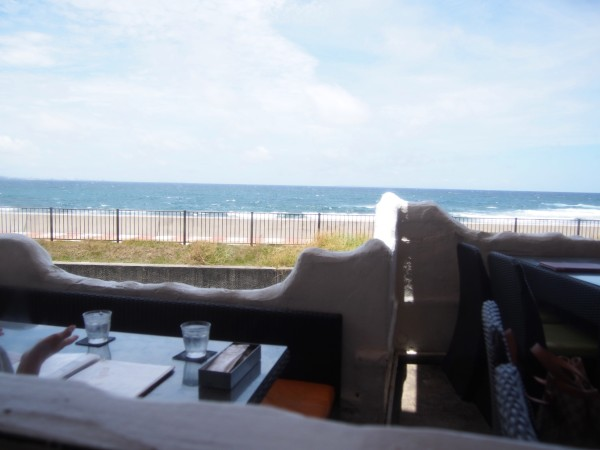南国・沖縄でのシーサイドカフェで非日常のひととき