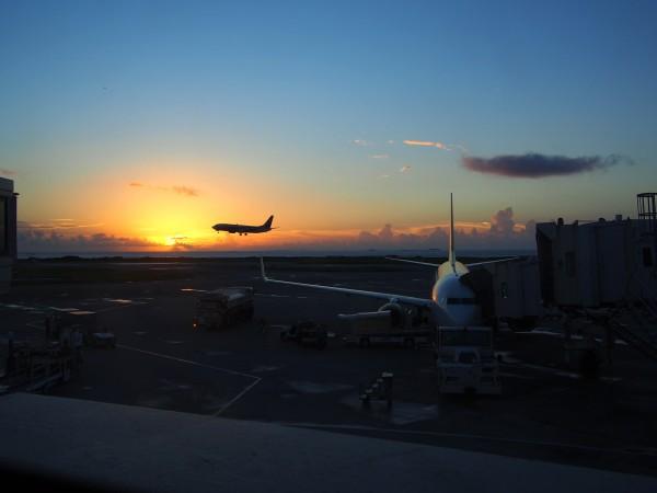 那覇空港でカメラにおさめた沖縄の夕日