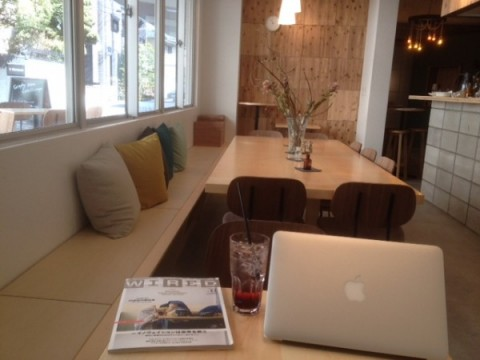 ゲスト交流型ソーシャルアパートメント「GRAPHY NEZU」のカフェ