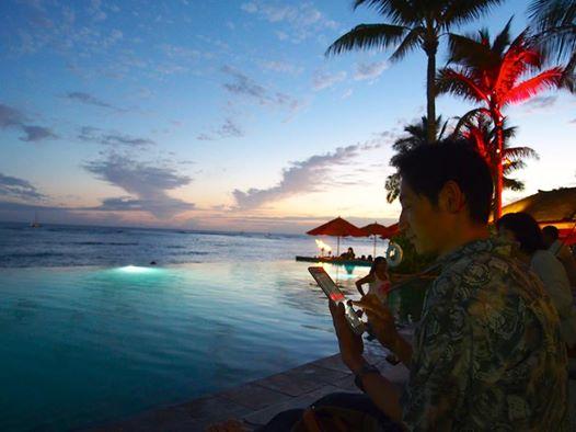 ハワイの夕暮れ時、シェラトンワイキキのインフィニティ・エッジ・プールにて